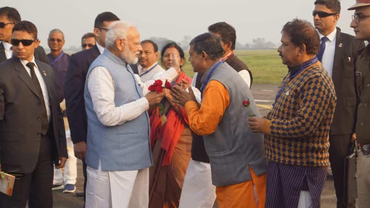 झारखंड में चुनावी प्रचार के बीच पूर्णिया पहुंचे प्रधानमंत्री मोदी