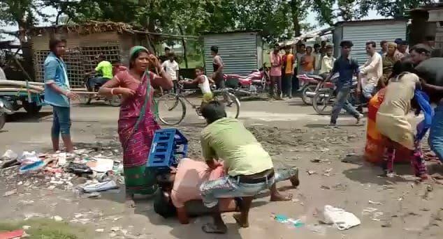 किशनगंज: सड़क पर मक्का सुखाने को लेकर दो पक्षों में जमकर मारपीट