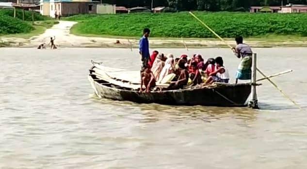 बिहार के इस शहर के लोग जी रहे हैं नाव के सहारे