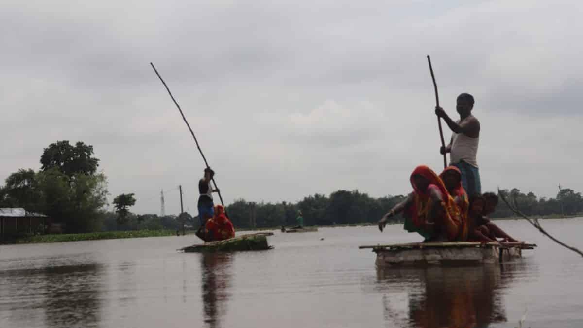 बिहार: मुख्य सड़क के क़रीब बसे इस टापूनुमा गाँव को नाव तक नसीब नहीं