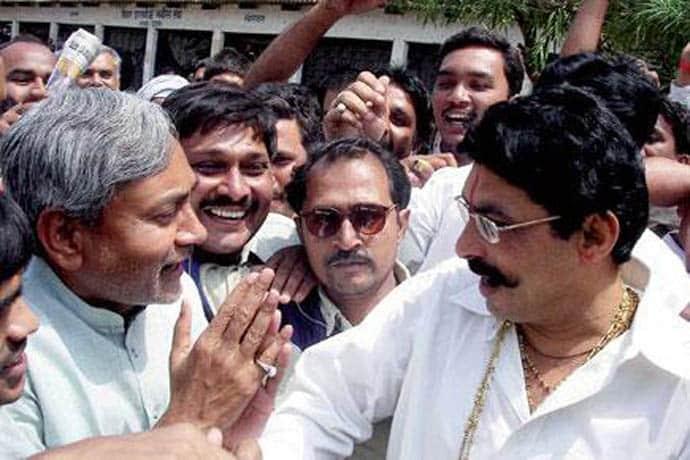 बाहुबली अनंत सिंह ने खेला सियासी खेल, अपने संग पत्नी का नामांकन कराया